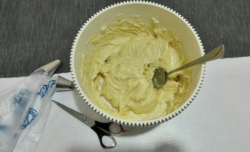 عکس تهیه خمیر زولبیا به روش قنادی