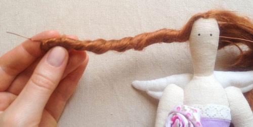 عکس حالت دادن به موی عروسک تیلدا