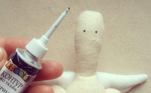 عکس نقاشی کردن چشم عروسک