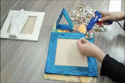 عکس پسباندن سنگ روی کاردستی با مقوا