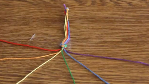 عکس ساخت دستبند دوستی با کاموا