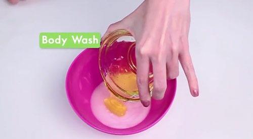 عکس ریختن شامپو بدن در ظرف