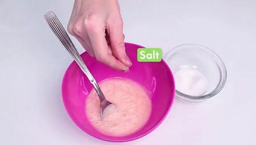 عکس ریختن نمک روی شامپو