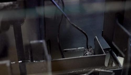 عکس قرار دادن پمپ و فیلتر در تراریوم آبی