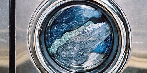 عکس شستن شلوار جین در ماشین لباسشویی