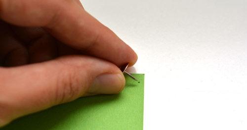 عکس سوراخ کردن کاغذ با پونز