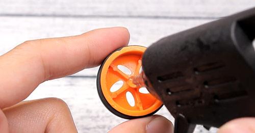عکس چسب زدن به چرخ پلاستیکی