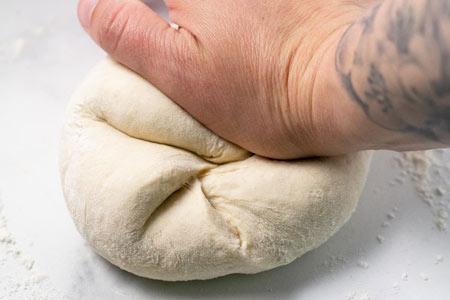 عکس ورز دادن خمیر پیتزا