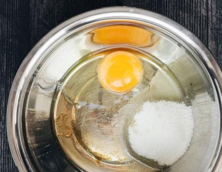عکس مخلوط کردن تخم مرغ و شکر